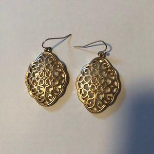 This pair of gold dangled earrings
